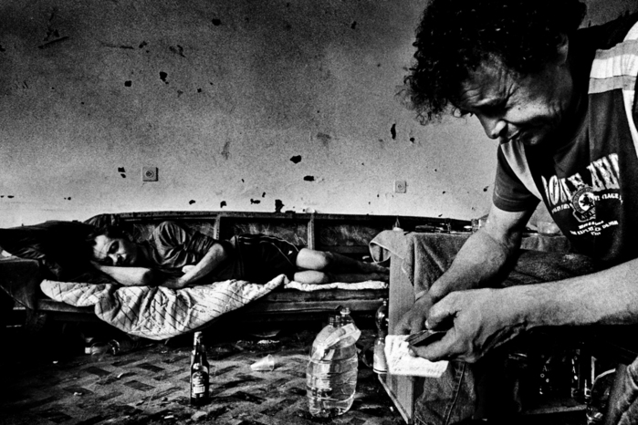 The story of a group of homeless alcoholics, who squatted in an abandoned house in Tel Aviv, living in a commune for several months, until they were evicted by the authorities.